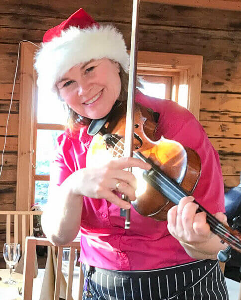 Quirien spiller fiolin til gjestene